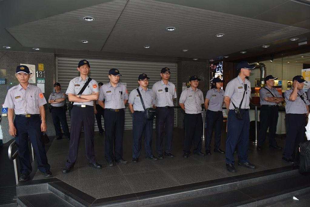 華航資方在勞工抗議集結時拉下鐵門,門前警察一字排開。(攝影:宋小海)