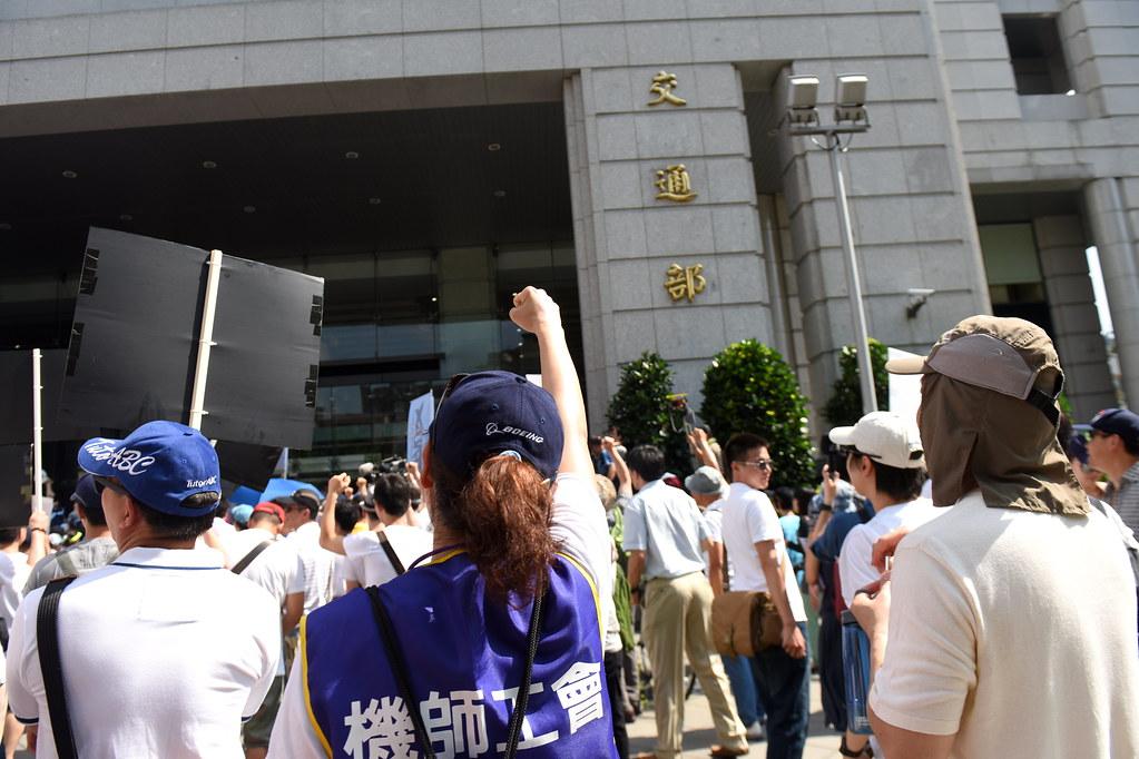 官員接過陳情書後未發一語就離開,引起現場群情激憤。(攝影:宋小海)