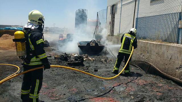 AionSur 27036308524_b27dfc816c_z_d Un incendio en el patio trasero de la empresa Arasol provoca una espesa columna de humo Sin categoría