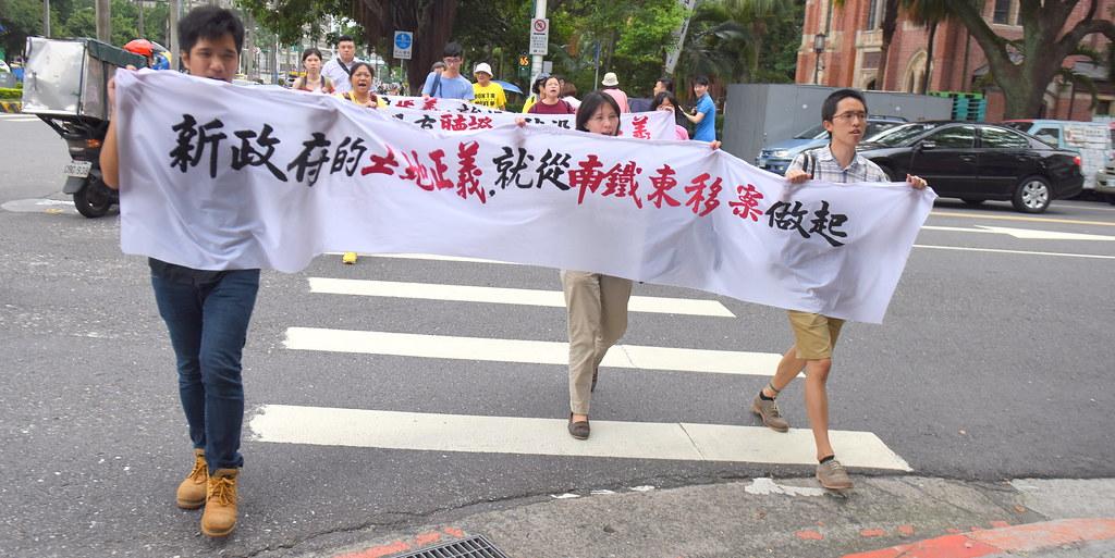 反南鐵東移自救會成員與聲援民眾前往內政部遞交陳情書。(攝影:宋小海)