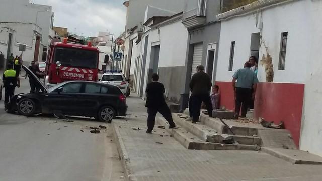 AionSur 26801059351_2e452633df_z_d Un coche se empotra contra una vivienda en Paradas cuando es perseguido por la Policía Local Sucesos