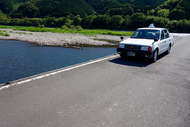 沈下橋を渡るタクシー