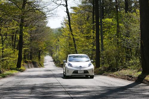 軽井沢 白糸ハイランドウェイを走る電気自動車「日産リーフ エアロスタイル」