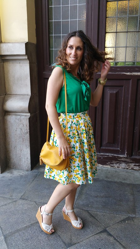 Falda, limones, pin up, top sin mangas verde esmeralda, cuñas crudas mimbre, Estación del Norte, lemon pin up skirt, sleeveless top green, beige wicker wedges, North Station, Aliexpress, Massimo Dutti, Bimba & Lola, Marea Watches, Stradivarius