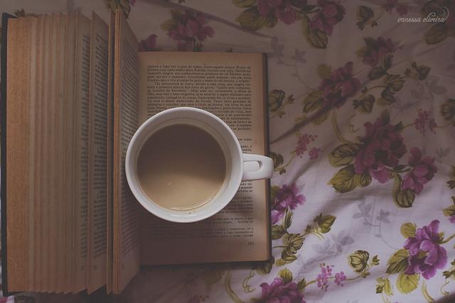 Tem livro que te faz viajar. Tem aquele que te mostra como as pessoas lidam com situações difíceis. Tem os livros que colocam palavras nos sentimentos. Tem livro que é espelho. E tem o livro com a história que você escreve.