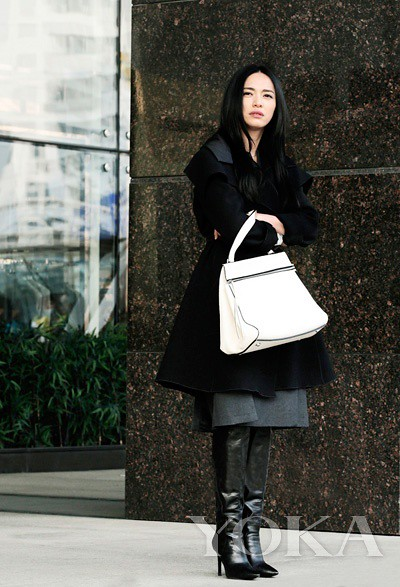 Yao wore a Giorgio Armani black coat, hand carry Celine white handbags