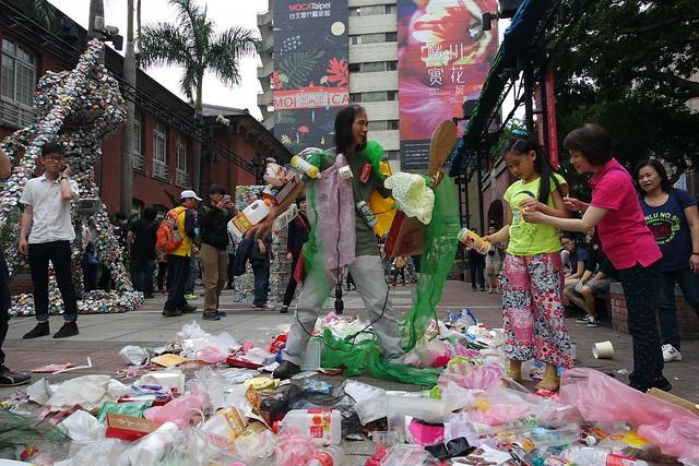 「垃圾人體雕塑」互動表演。圖片來源:MOCA。