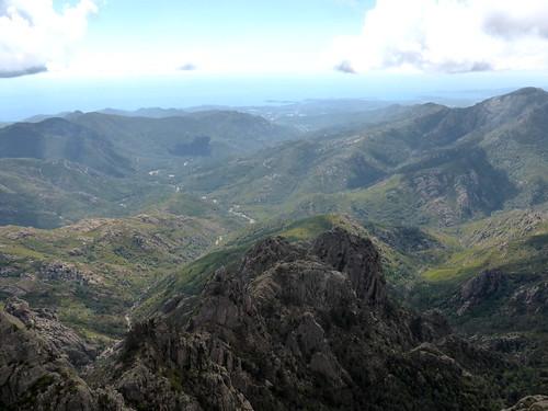 Plate-forme au sommet de Punta Buvona : la vallée du Cavu jusqu'à la mer