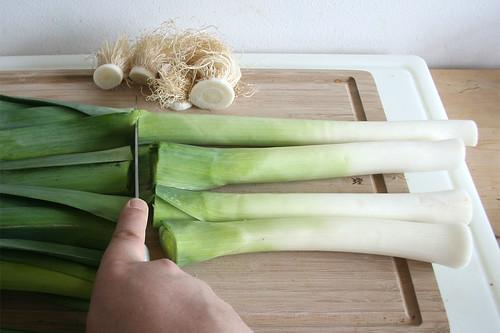 13 - Dunkelgrünen Teil das Lauch wegschneiden / Cut dark green part of leeks