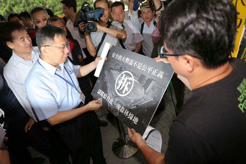 台北市長柯文哲今日親手接下護樹團體的陳情訴求。(圖片來源:台北市政府)