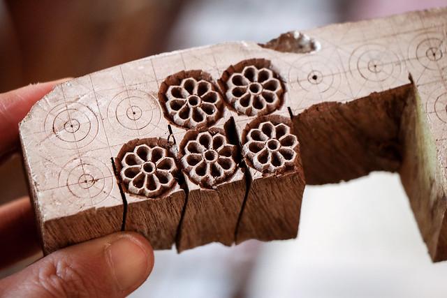 Block carving demonstrations for visitors at Anokhi Museum of Hand Printing, Jaipur ジャイプール、アノーキ美術館でブロックプリント用版木作りの実演