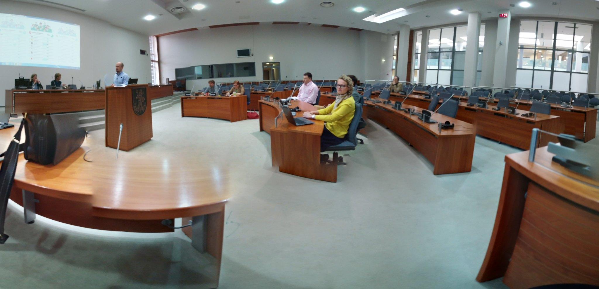 Buvome 6 seminaro dalyviai - be pranešėjų, be organizatorių, be vertėjo ir be vieno IT reikalus prižiūrinčio žmogaus. Beje, buvo mėgintą savivaldybės darbuotoją įtraukti į diskusiją, bet nepavyko :D