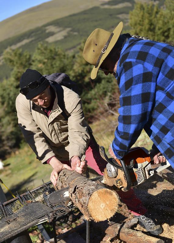 Cortando madera para calentar un café a la leña