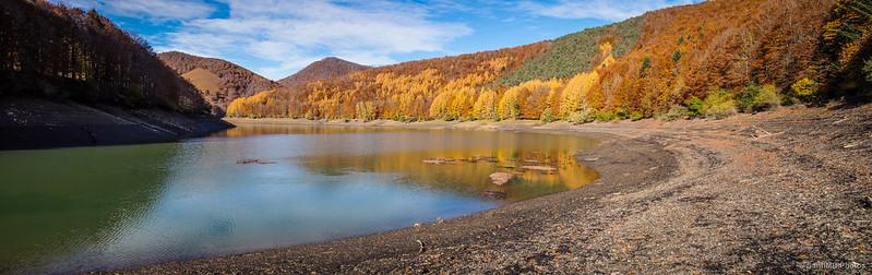 El pantano de Irabia en el río Irati.