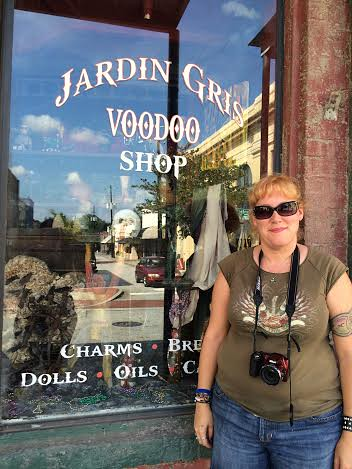 Standing by jardin gris voodoo shop standing outside for Jardin gris voodoo shop