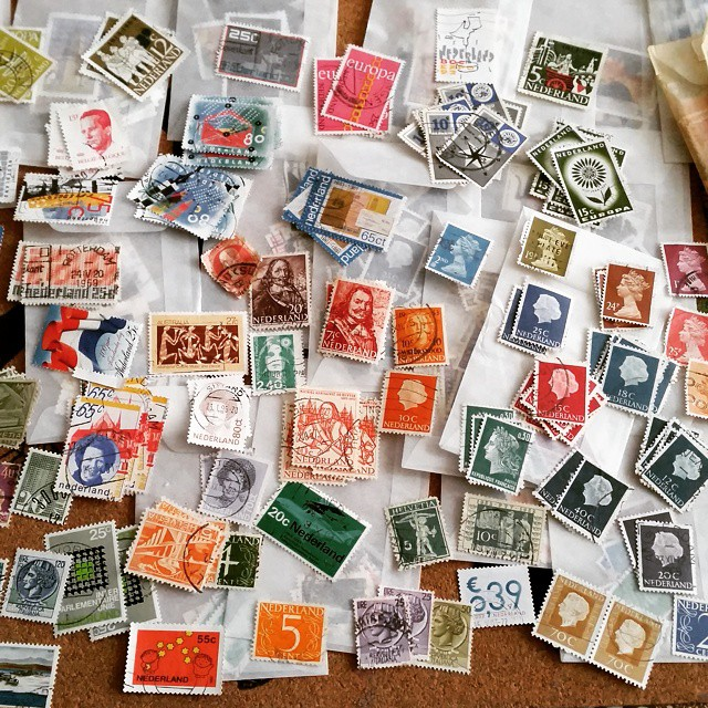 Look at all the pretty colors! I just love sorting through my stamps #filaterie #stampcollector #postzegels #postagestamps #postage #vintage #glassinebags #sorting #colorcoordination #postal