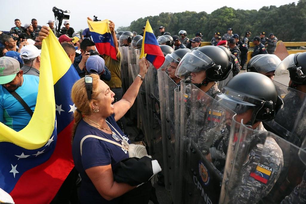 反對派支持群眾與委內瑞拉士兵於委國及哥倫比亞之間的西蒙·波利瓦大橋上對峙。(圖片來源:Ernesto Guzman Jr./EPA)