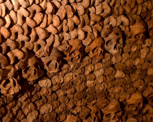 Montañas de huesos en las catacumbas de París