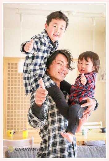 子どもを肩車し抱っこするパパ
