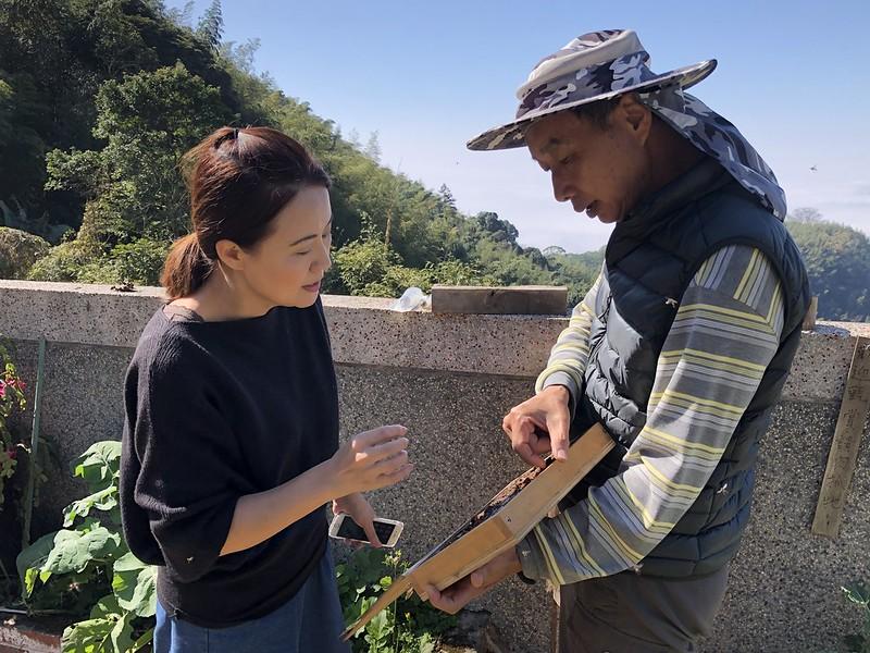 宜蘭大學教授陳怡伶(左)與伍憲章研究蜂窩內部構造