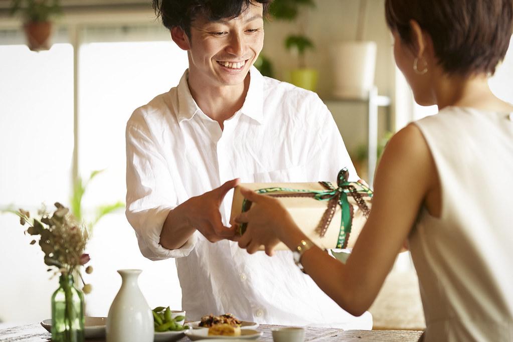 仲良し夫婦の食事。途中でサプライズでプレゼントが登場