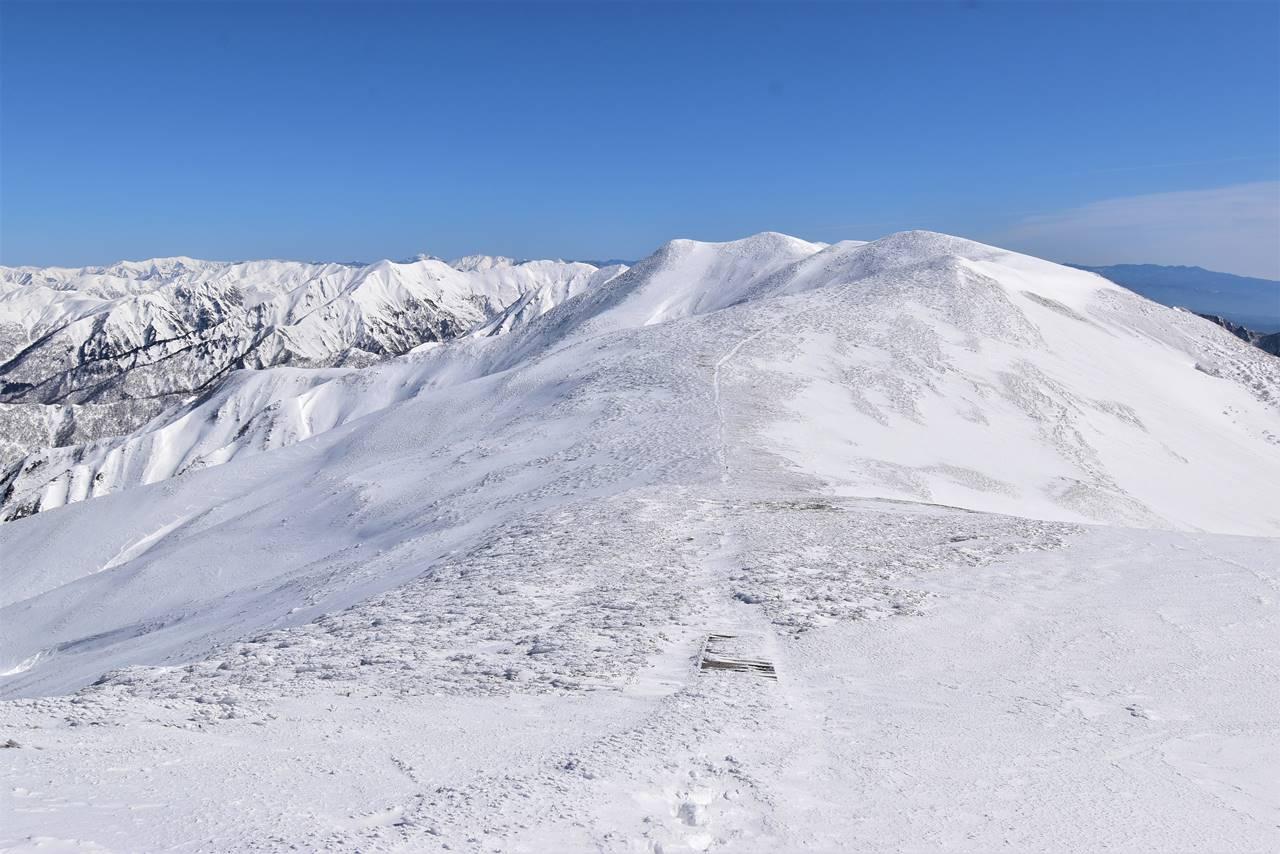 平標山から仙ノ倉山へ 雪の稜線を行く