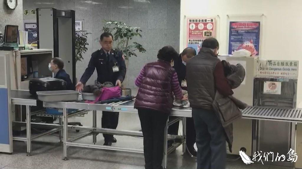 航警仔細檢查旅客的行李,是否有攜帶豬肉製品。