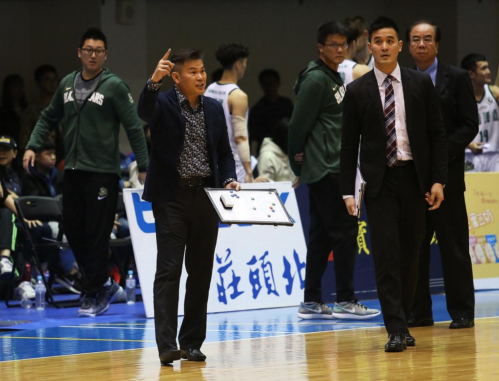 台啤總教練周俊三對裁判相當不滿。(籃協提供)