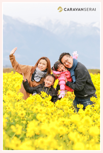 Family photo shooting in canola flower garden 菜の花畑で家族写真