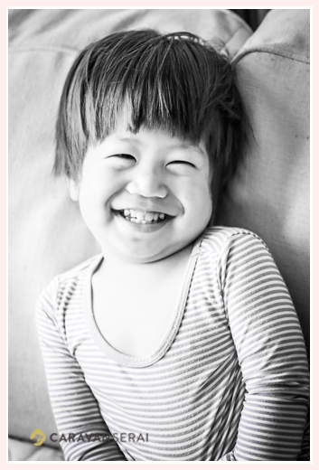 2歳の男の子 モノクロ写真