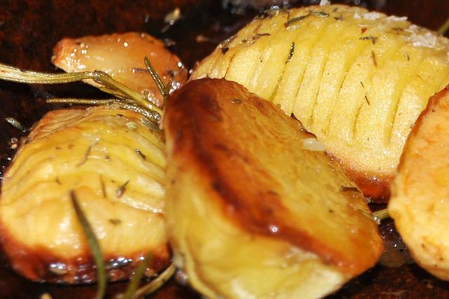 25. Januar 2019 - Vegetarisch und fleischlos glücklich ... Bunter Rucolasalat und eingeschnittene Backofenkartoffeln ... Foto: Brigitte Stolle