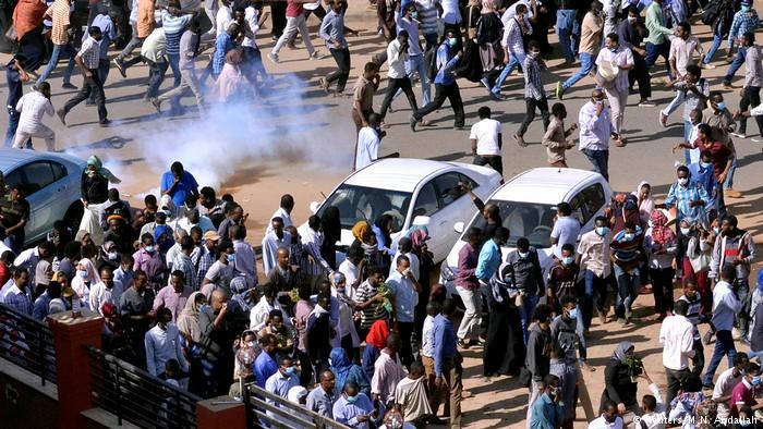 位於蘇丹喀土木的示威遭遇警方的催淚彈攻擊。(圖片來源:Reuters)