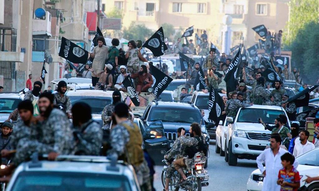 伊斯兰国成员于拉卡街头游行。(图片来源:AP)