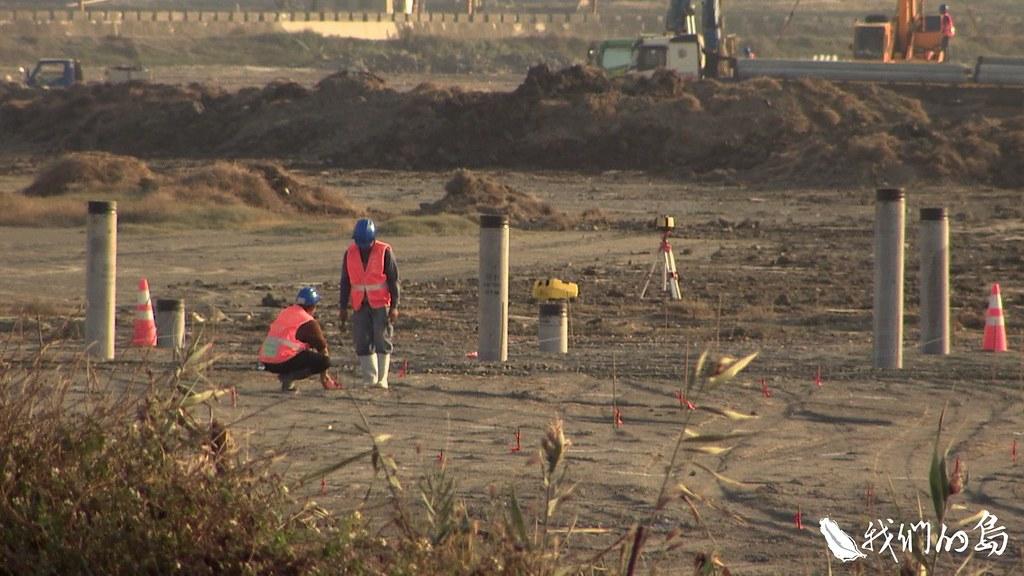 嘉義布袋鹽田,候鳥棲息的水域旁,工人們打下一根一根基樁,這裡未來將會布滿太陽能面板。