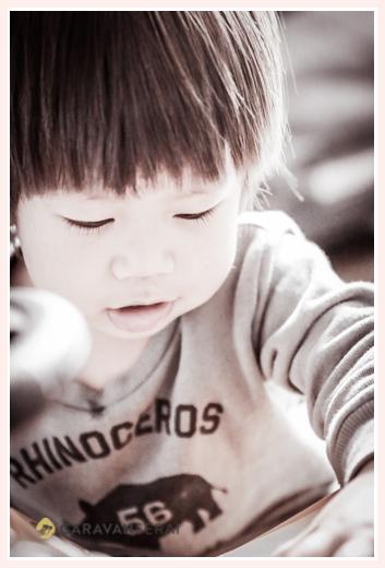 自宅で2歳の誕生日記念の家族写真 出張カメラマンが撮影