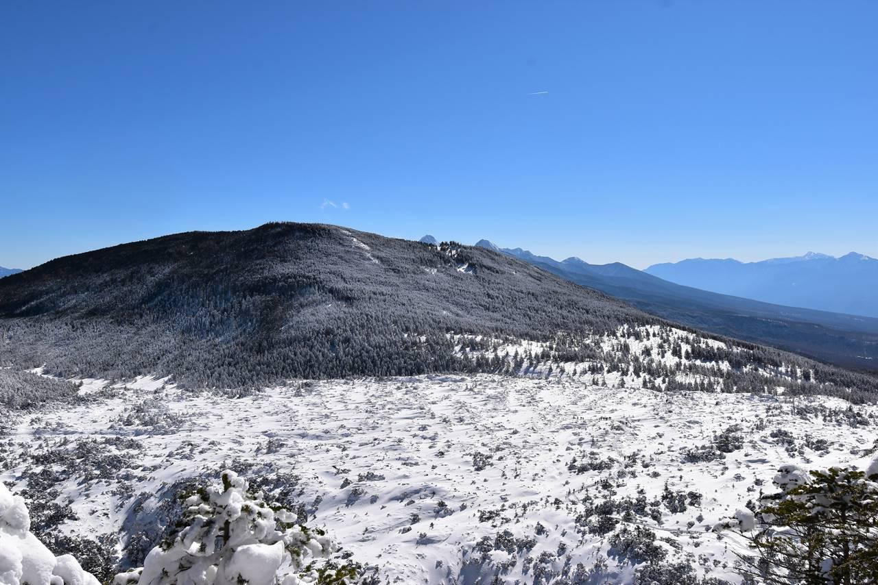 北横岳登山道から見下ろす坪庭の雪原