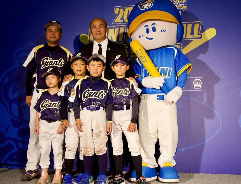 張泰山擔任迷你棒球推廣大使。(寶悍運動行銷提供)