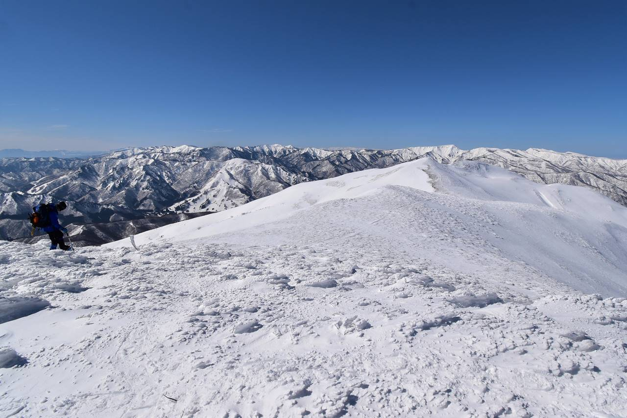 仙ノ倉山~平標山を歩く雪山登山者