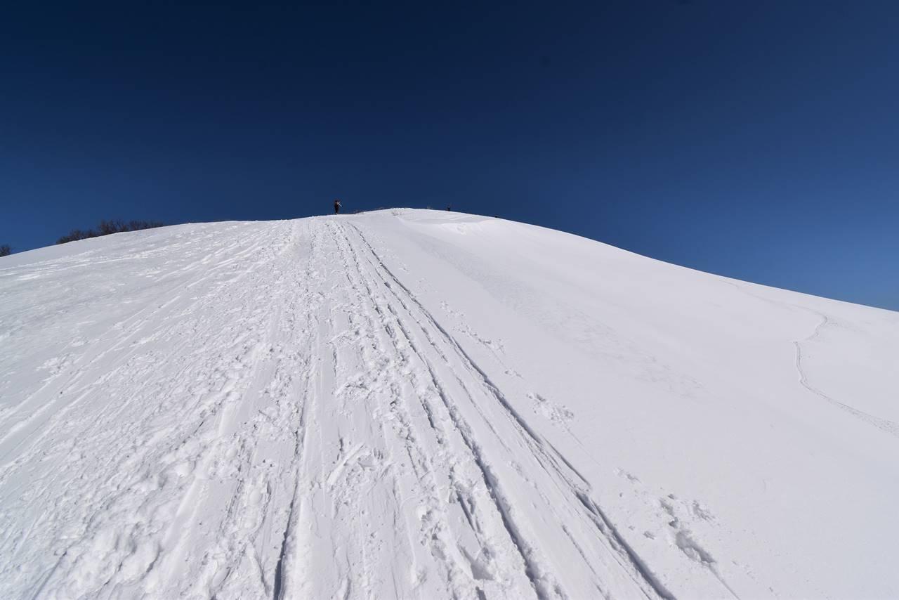 冬の平標山 雪の稜線