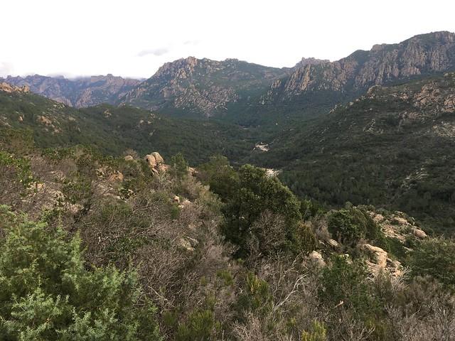 Les vues sur le Cavu et le fond de vallée depuis le sentier