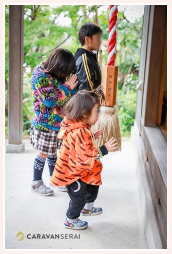 参拝をする子供たち 秋葉神社のお祭り 愛知県瀬戸市 参拝をする子供たち