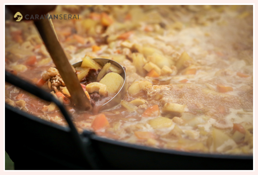 大鍋で豚汁をつくる