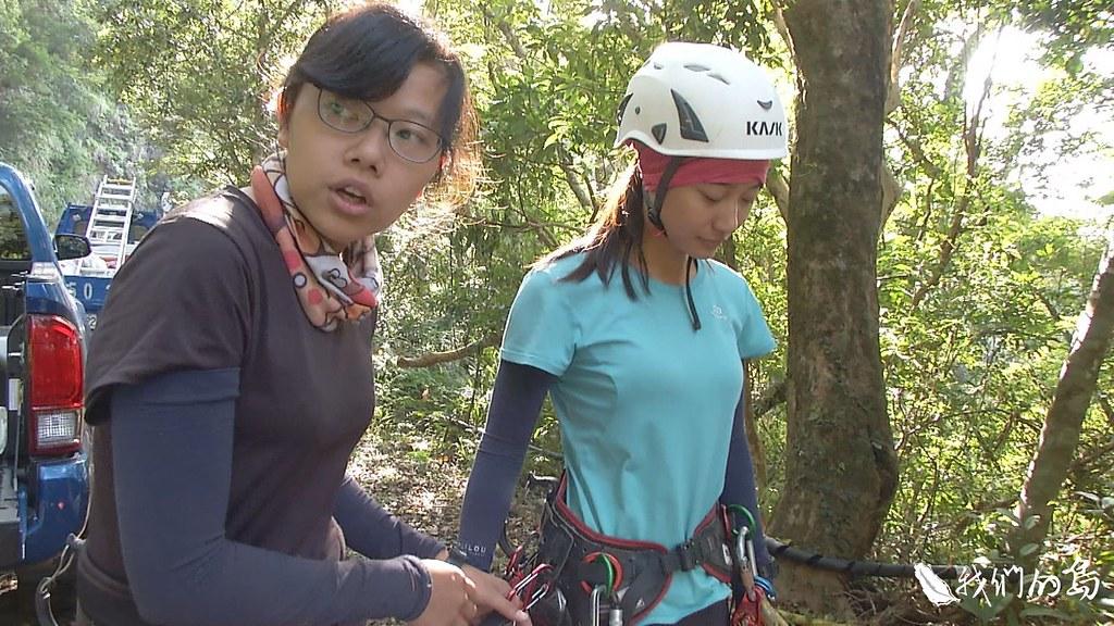 全副武裝的兩個年輕女孩-吳佩芬與柯雅韻,是全台灣唯二的女性攀樹採種人。