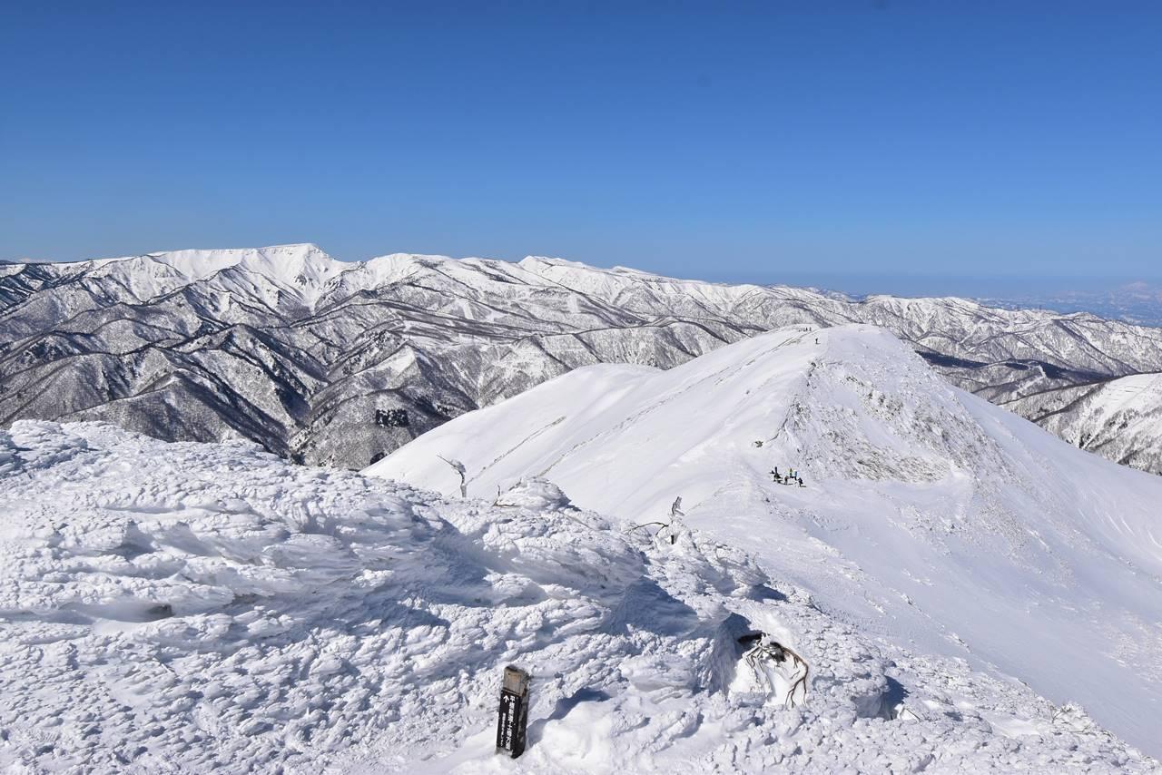 平標山山頂から眺める松手山方面の展望