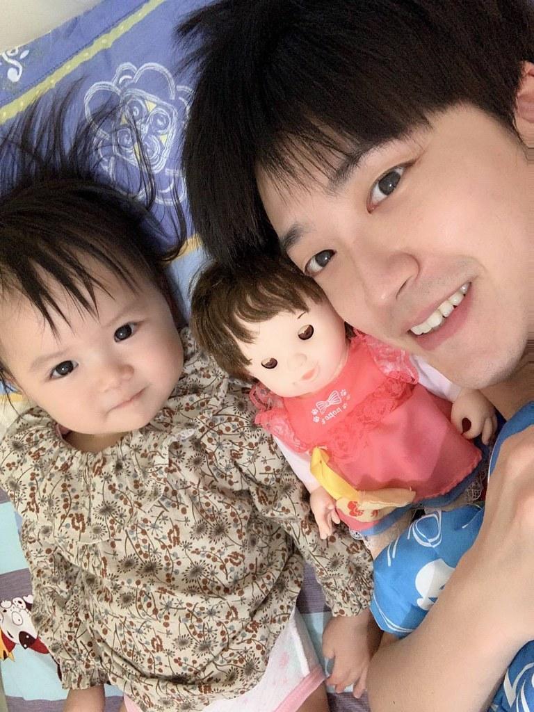江宏傑陪女兒小小愛玩玩具。(江宏傑提供)