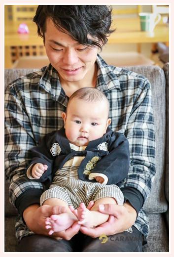 男の子赤ちゃん 羽織風のロンパースを着て