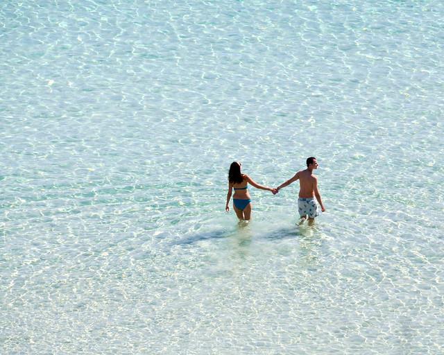 Pareja caminando por las playas de Menorca