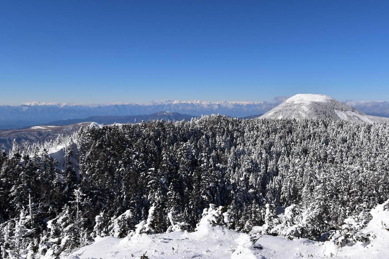 北横岳から眺める蓼科山と北アルプス