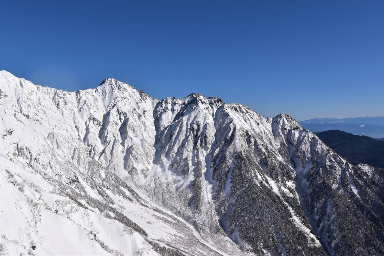 雪の前穂高岳と明神岳