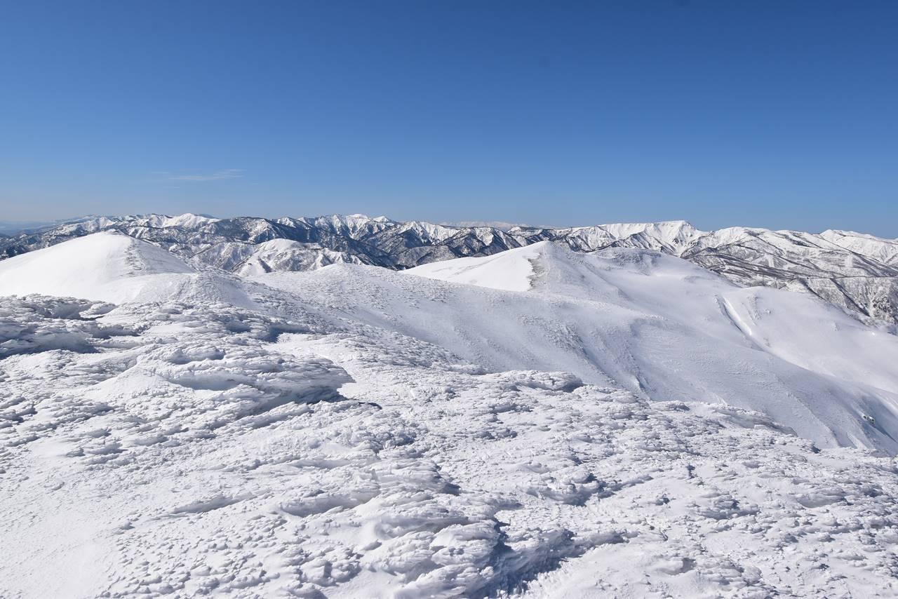 平標山から仙ノ倉山の雪の稜線